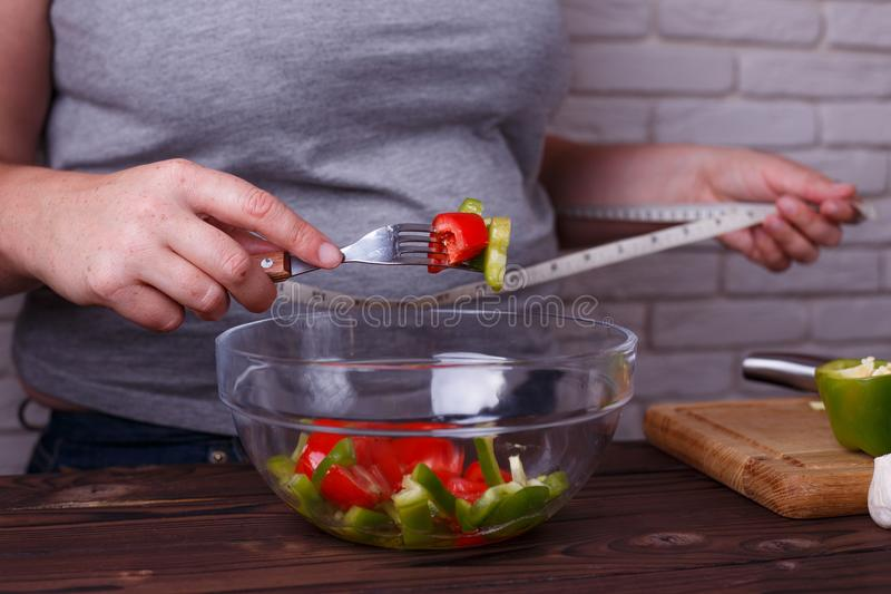 Dieting, zdrowy niskokaloryczny jedzenie, ciężaru przegrywający pojęcie, depresja ca zdjęcia stock