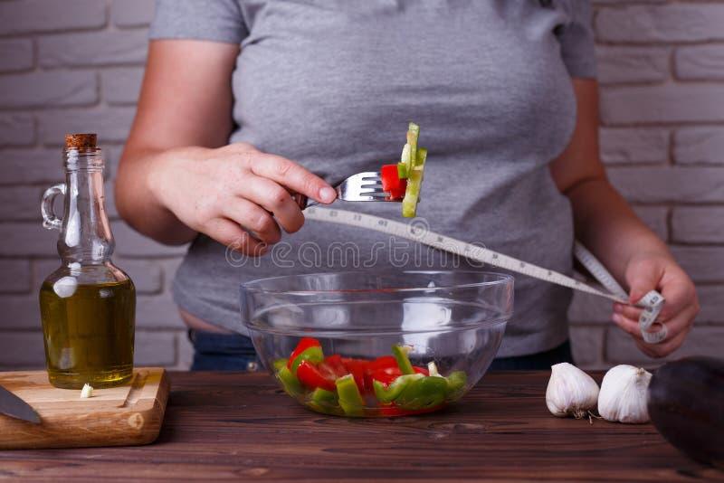 Dieting, zdrowy niskokaloryczny jedzenie, ciężaru przegrywający pojęcie Overwe obrazy stock