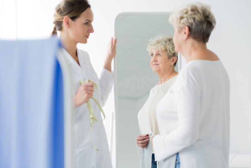 Dietist och kvinna med övervikt arkivfoto