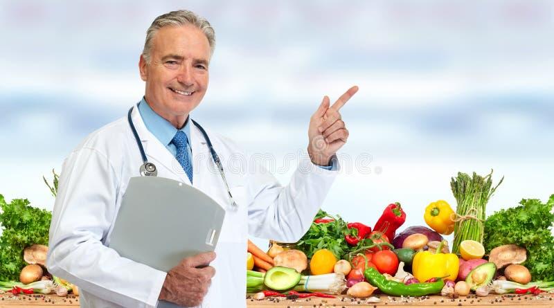Dietista di medico con l'alimento delle verdure immagini stock libere da diritti