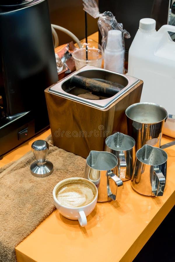 Dietro il contatore di barista del caffè la scena ha riempito di kn del fondo di caffè fotografia stock