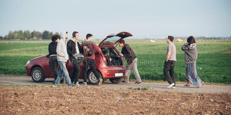 Dietro improvvisazione di scena Il gruppo delle troupe cinematografica che spinge l'automobile con è venuto immagine stock