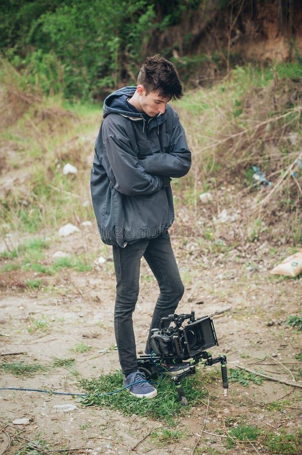 Dietro la scena Scena del film della fucilazione del cineoperatore con la sua macchina fotografica fotografia stock