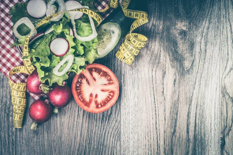 Diety pojęcie z świeżą sałatą, cebulą, rzodkwią, pomidorem i cucu, fotografia royalty free