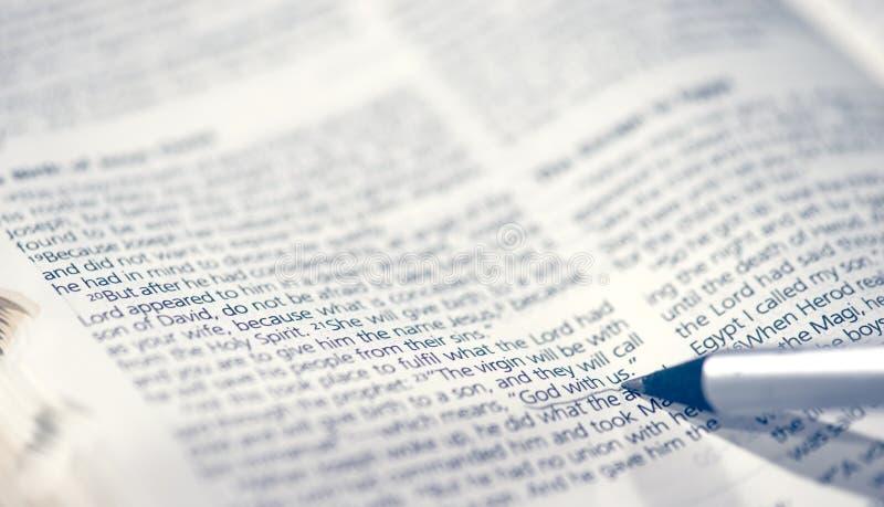 Dieu de bourdonnement de plan rapproché de détail avec nous scripture en bible photo libre de droits
