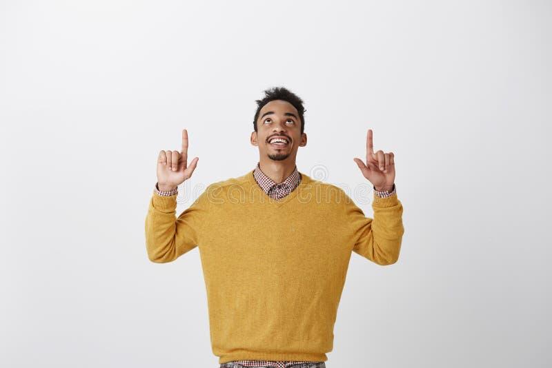 Dieu merci c'est vendredi Portrait de jeune étudiant intéressé heureux d'afro-américain dans augmenter jaune élégant de chandail photos stock