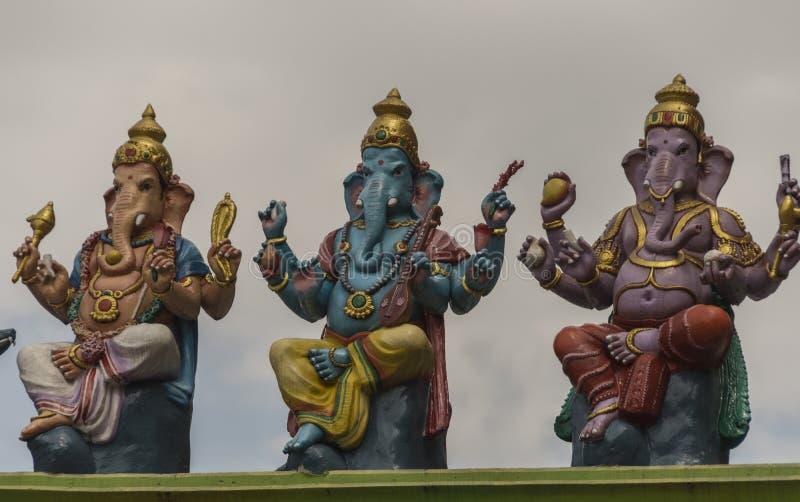 Dieux indous représentés dans les idoles colorés à un temple photographie stock libre de droits