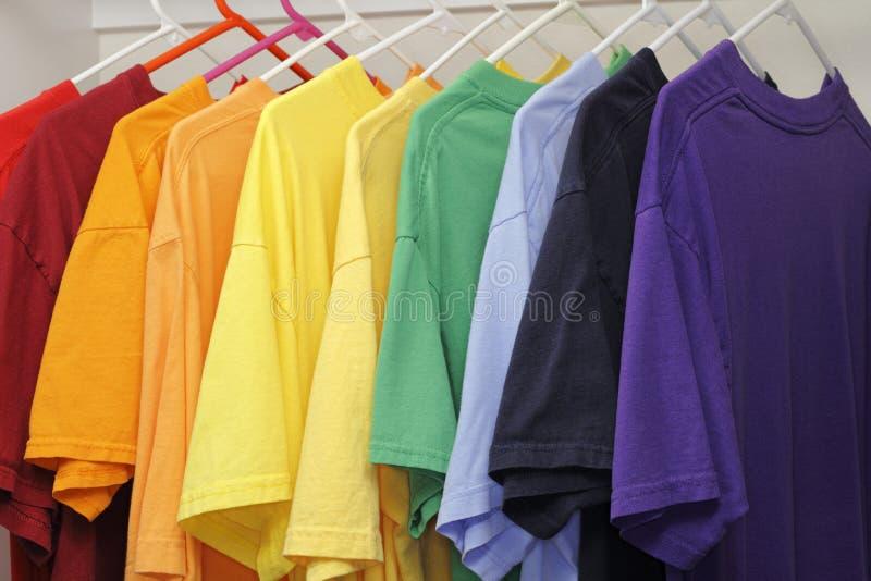Diez diversos colores de camisetas fotos de archivo libres de regalías