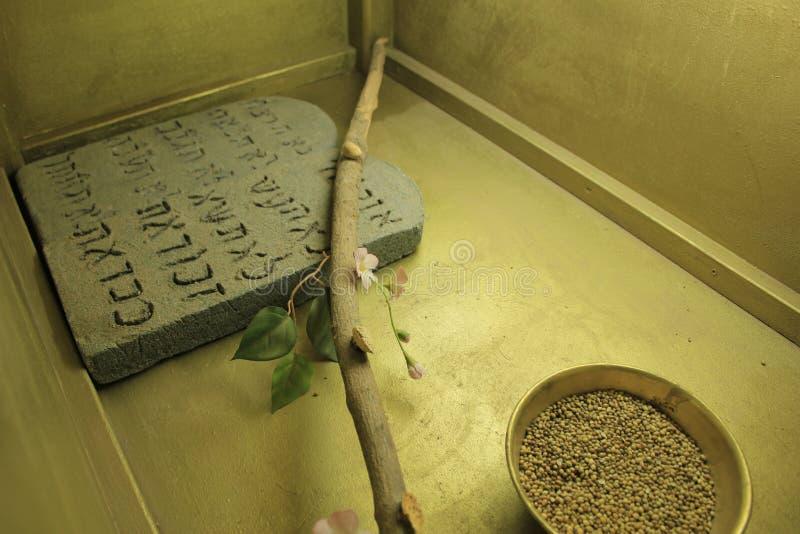 Diez mandamientos dentro del modelo de la arca en Israel foto de archivo