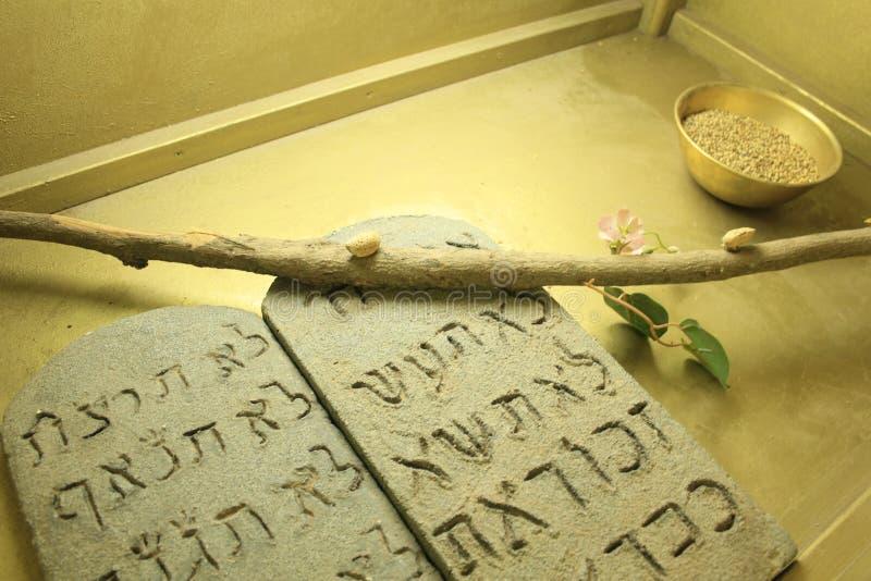 Diez mandamientos dentro del modelo de la arca en Israel fotografía de archivo libre de regalías