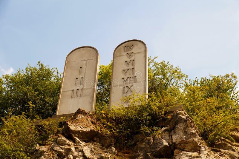 Diez mandamientos enumeran las tabletas de piedra en una colina rocosa con tallado imágenes de archivo libres de regalías
