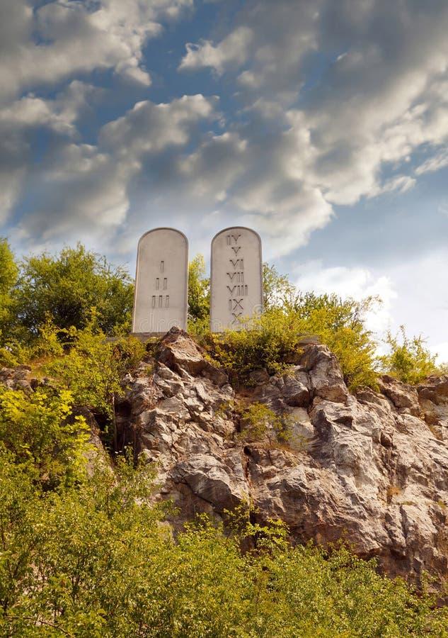 Diez mandamientos enumeran las tabletas de piedra en una colina rocosa con tallado 10 mandamientos imagenes de archivo
