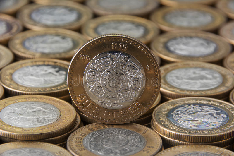 Diez-Pesos mexicanos sobre mà ¡ s monedas alineadas y apiladas stockbilder