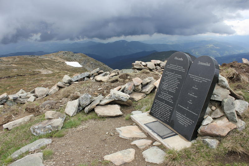 Diez piedras de los mandamientos en las montañas imágenes de archivo libres de regalías