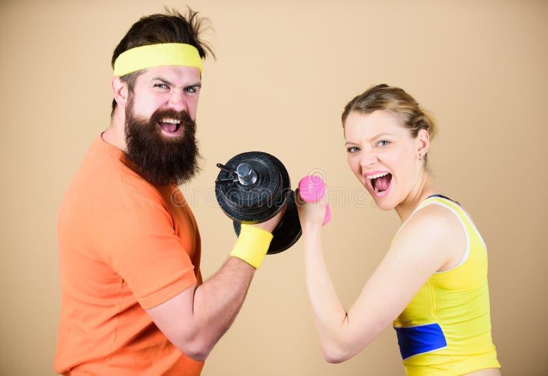 Difenda fino all'estremità Addestramento sportivo delle coppie nella palestra Attrezzatura della testa di legno di sport Concorre fotografie stock libere da diritti
