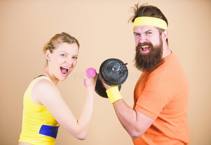 Difenda fino all'estremit? Addestramento sportivo delle coppie nella palestra Attrezzatura della testa di legno di sport Concorre immagini stock