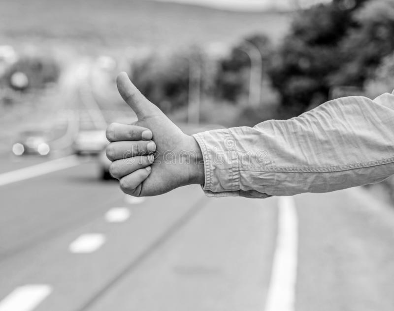 Diferença cultural O polegar informa acima os motoristas que viajam Mas em algumas culturas gesticule o risco ofensivo ser matado fotografia de stock royalty free