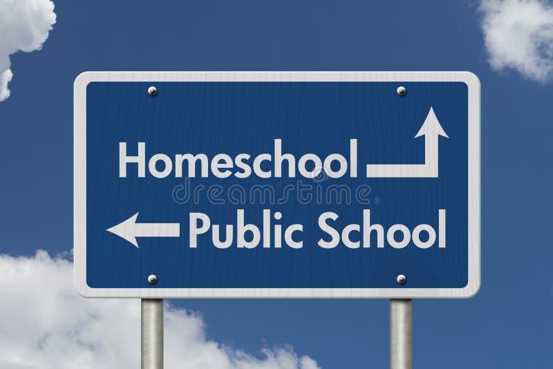 Diferença entre ir a HomeSchool ou a escola pública foto de stock