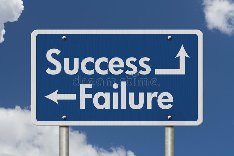 Diferença entre sinal de estrada do sucesso e da falha fotografia de stock royalty free
