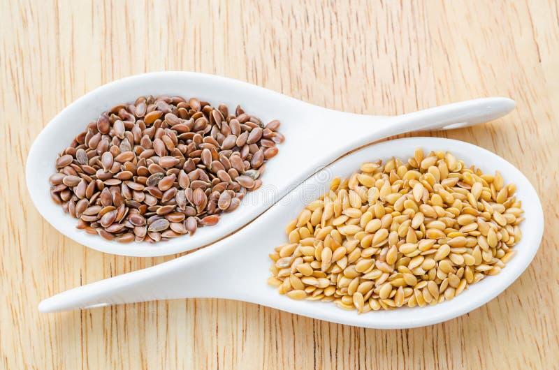 Diferencia de las linazas de oro y de las linazas marrones (semillas de lino) imagen de archivo
