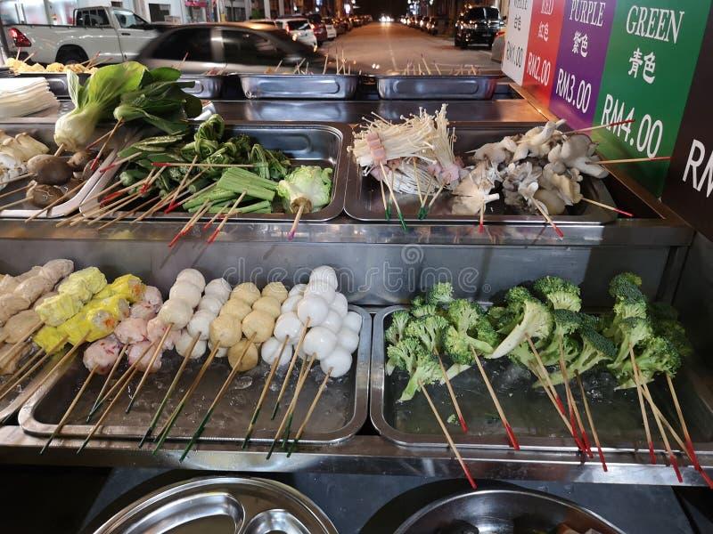 Diferentes brochetas de comida asiática con verduras y carne imagen de archivo