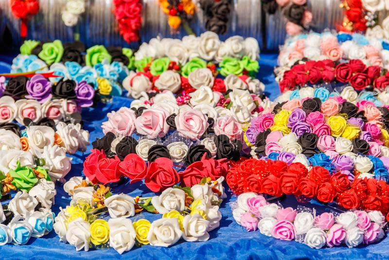 Diferentes fios de cabelo com flores artificiais imagens de stock royalty free