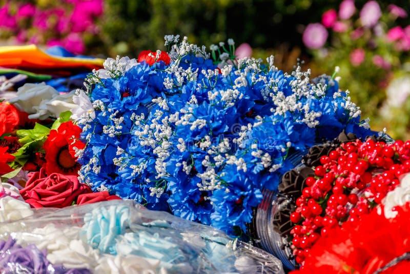 Diferentes fios de cabelo com flores artificiais imagens de stock