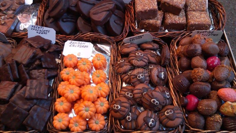 Diferentes tipos de alimentos frescos no mercado La Boensaios, Barcelona, Espanha imagem de stock