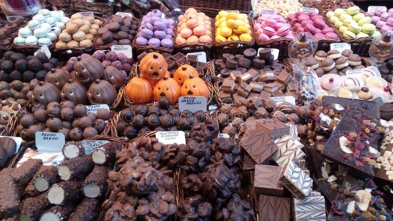 Diferentes tipos de alimentos frescos no mercado La Boensaios, Barcelona, Espanha fotos de stock