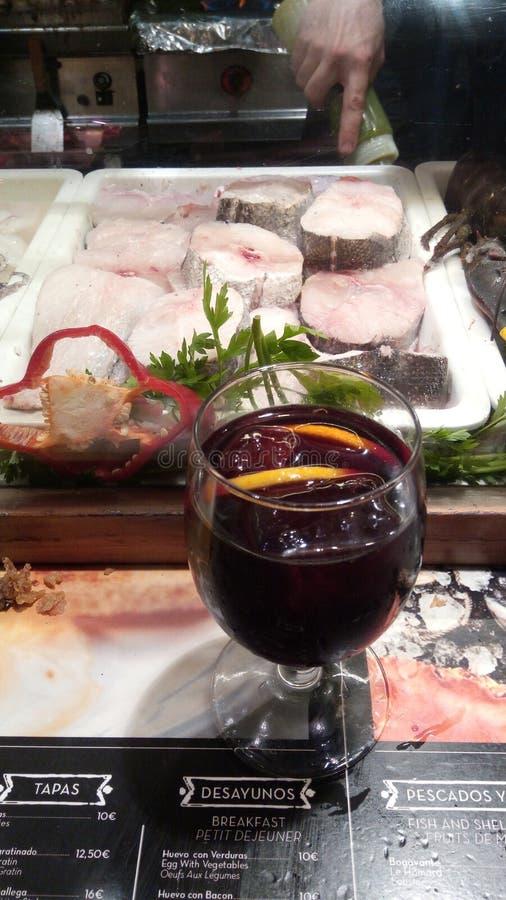 Diferentes tipos de alimentos frescos no mercado La Boensaios, Barcelona, Espanha fotografia de stock