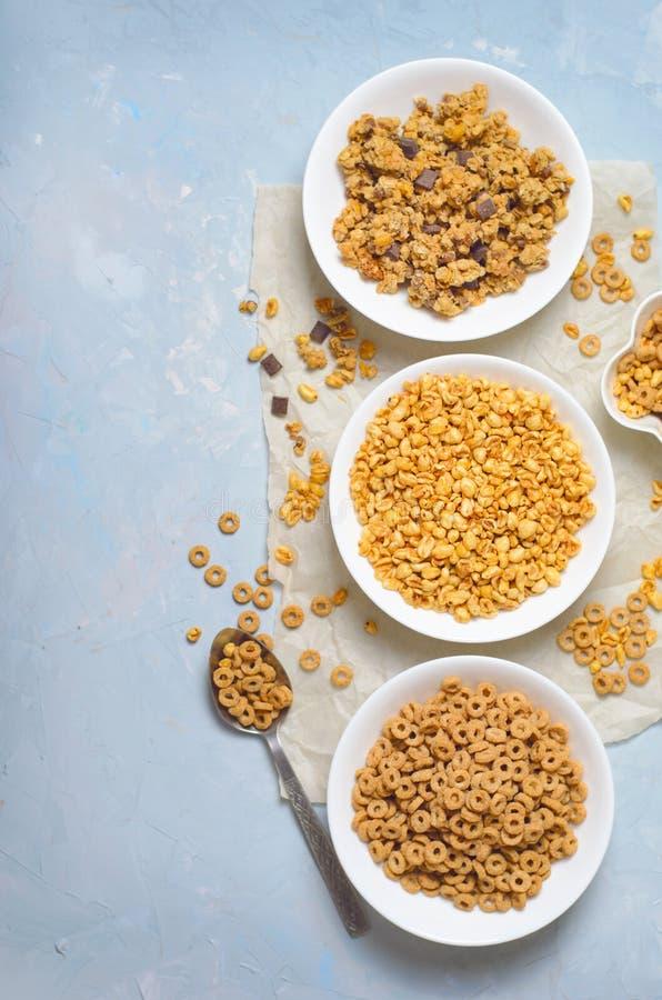 Diferentes tipos de cereales, desayuno rápido, bocados sanos fotos de archivo