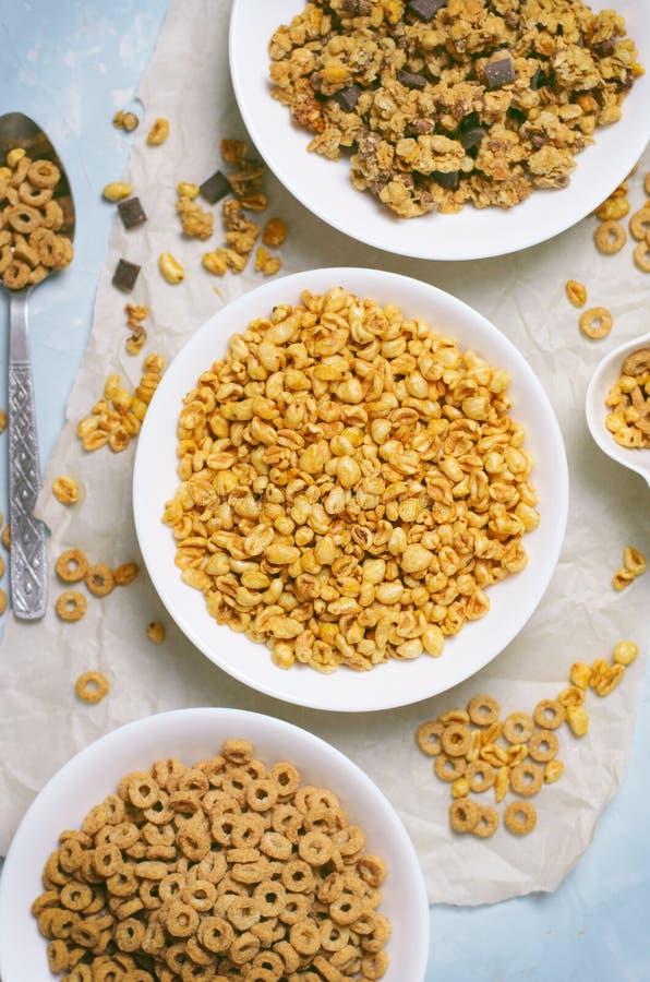 Diferentes tipos de cereales, desayuno rápido, bocados sanos fotos de archivo libres de regalías