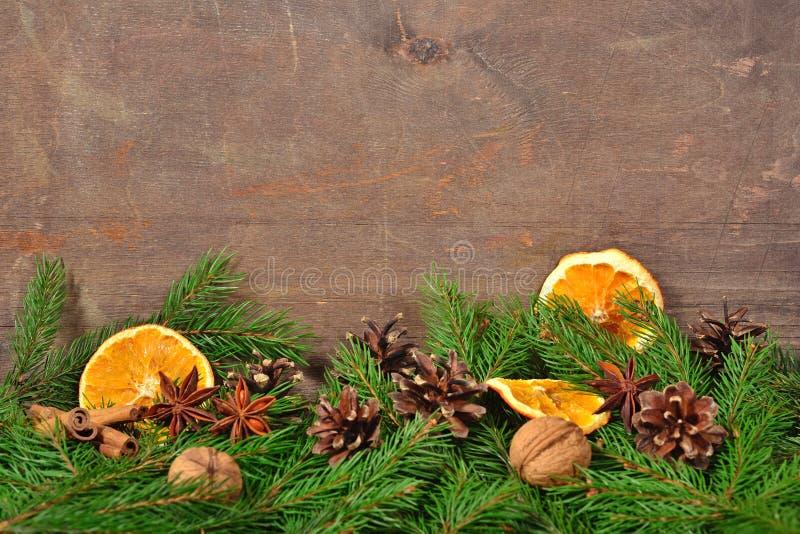 Diferentes tipos de especias, nueces, conos y naranjas y spr secados fotografía de archivo