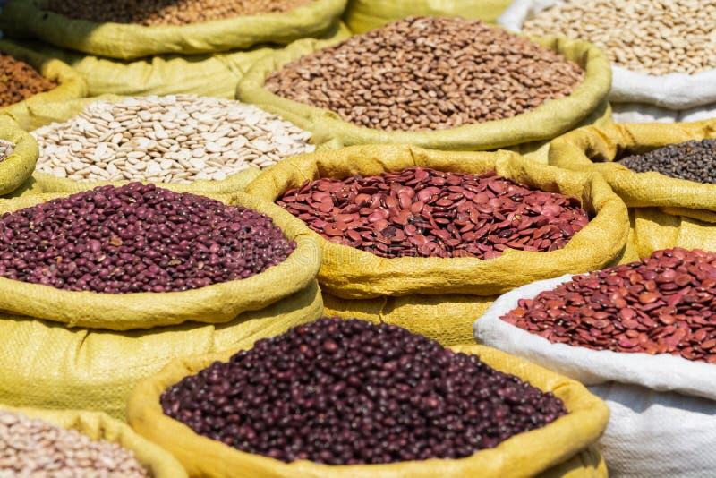 Diferentes tipos de habas de las legumbres en bolsos a granel en el mercado en Rangún, Myanmar imágenes de archivo libres de regalías