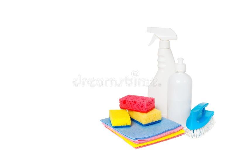 Diferentes tipos de limpiadores y de esponjas coloridas, guantes de la casa aislados en blanco Fondo de la limpieza Front View ho imagen de archivo
