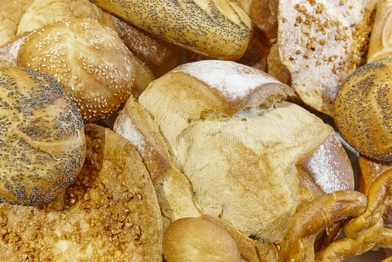 Diferentes tipos de pan en una cesta panadería imagen de archivo