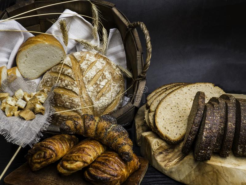 Diferentes tipos de pan fresco en la tabla de madera Foco de Seletive, espacio para el texto fotos de archivo