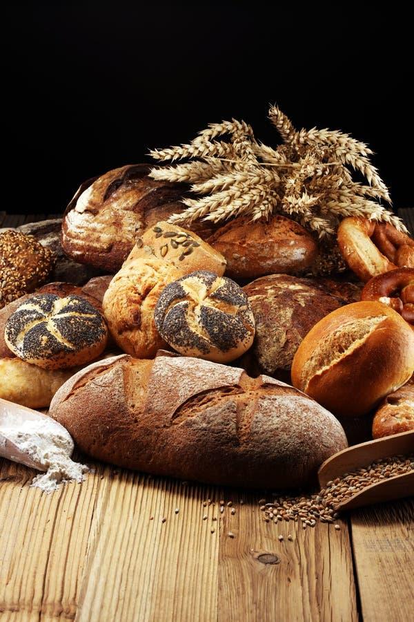 Diferentes tipos de pan y de rollos de pan a bordo desde arriba Ki imágenes de archivo libres de regalías