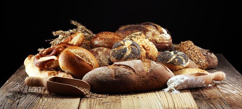 Diferentes tipos de pan y de rollos de pan a bordo desde arriba Ki fotos de archivo libres de regalías