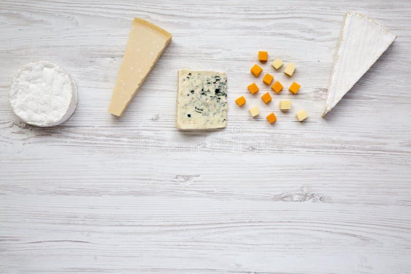 Diferentes tipos de quesos en la tabla de madera blanca Copie el espacio fotografía de archivo libre de regalías