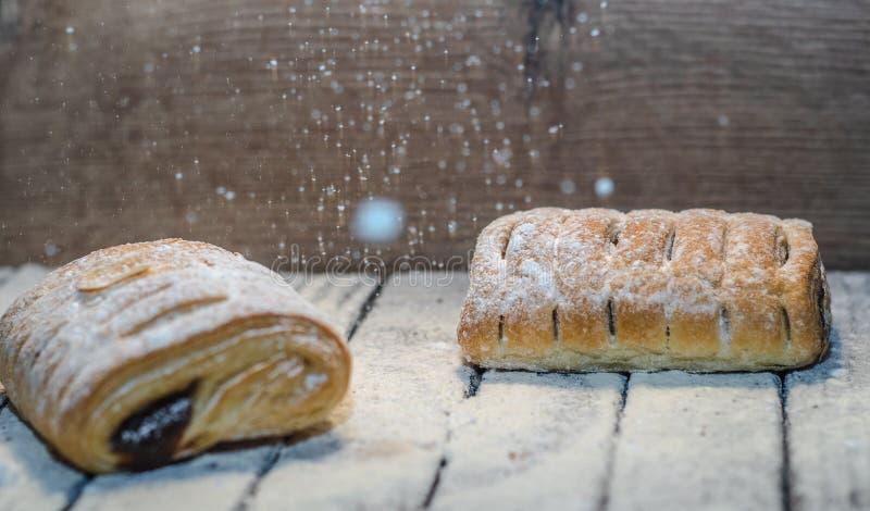 Diferentes tipos de rollos de pan en tablero negro desde arriba imágenes de archivo libres de regalías