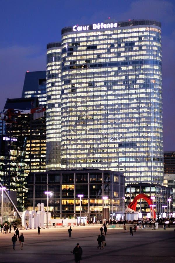 Difesa di Coeur del grattacielo dell'ufficio di Parigi alla notte nel distretto aziendale fotografie stock