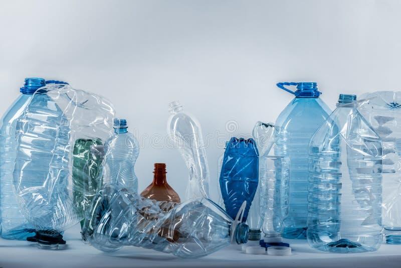 Diff?remment class? bouteilles d'eau en plastique chiffonn?es et craqu?es photographie stock libre de droits