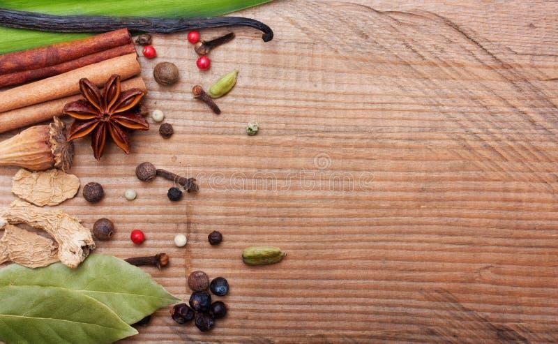 Différentes épices et herbes photographie stock