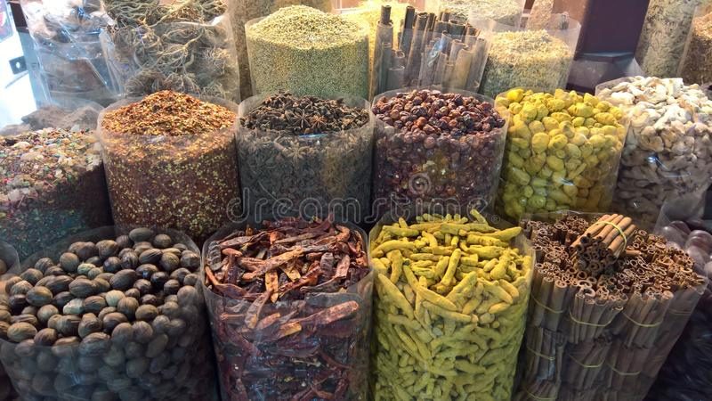 Différentes épices montrées sur un marché piments et cannelle image stock