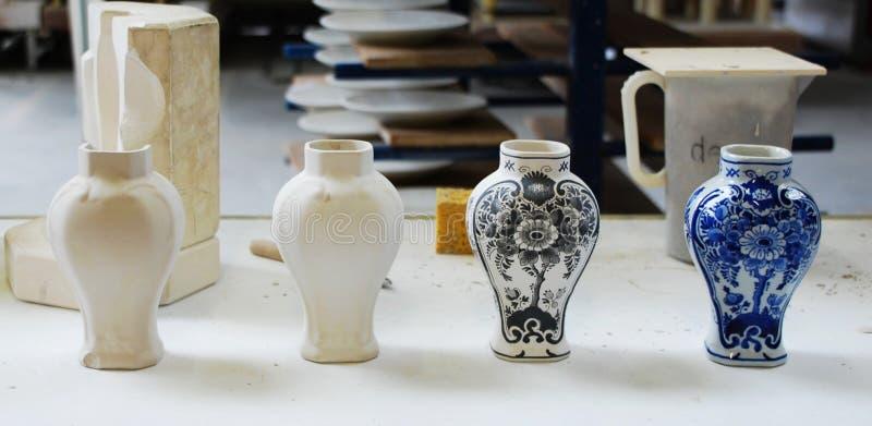 Différentes étapes pour créer le vase bleu en céramique traditionnel de Delft images libres de droits