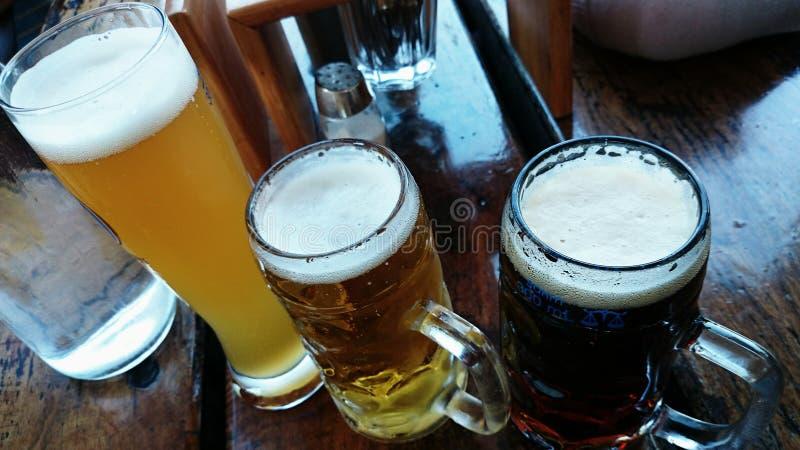 Différentes bières dans une barre photos libres de droits