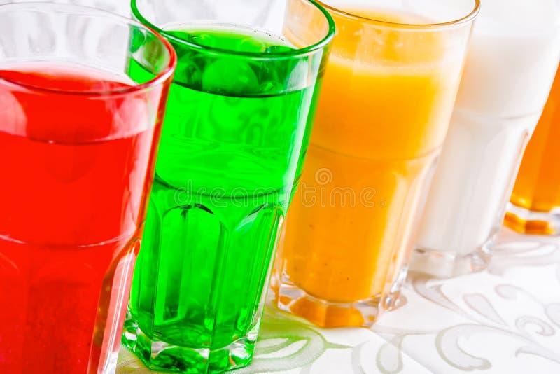 Différentes boissons non alcoolisées dans un verre photographie stock libre de droits