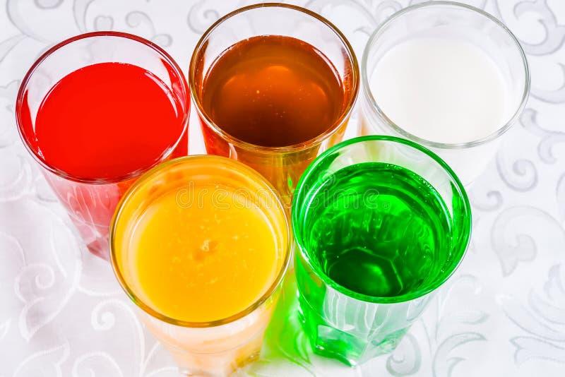 Différentes boissons non alcoolisées dans un verre photos libres de droits