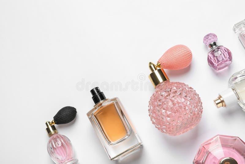 Différentes bouteilles de parfum de luxe sur le backgroundb blanc photo stock